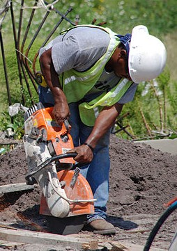 FEMA_-_33133_-_Construction_worker_working_on_the_Pass_Christian,_MS_sewer_project